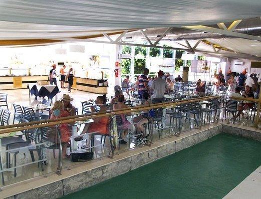 RESTAURANTE AL LADO DE LA PISCINA INTERIOR   Benidorm Celebrations™ Pool Party Resort (Adults Only)