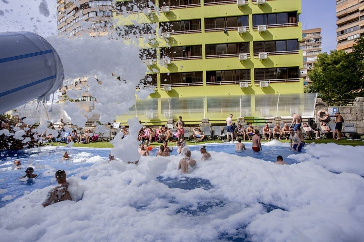 Piscina apartamentos benidorm celebrations™ music resort (adults only)