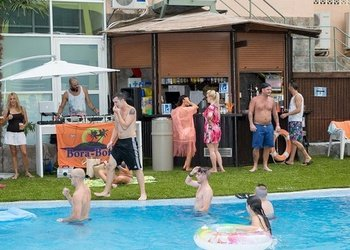 Bares interior y exterior Apartamentos Benidorm Celebrations™ Pool Party Resort (Adults Only)