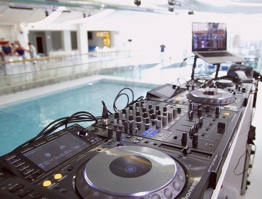 CABINA DEL DJ Apartamentos Benidorm Celebrations™ Pool Party Resort (Adults Only)