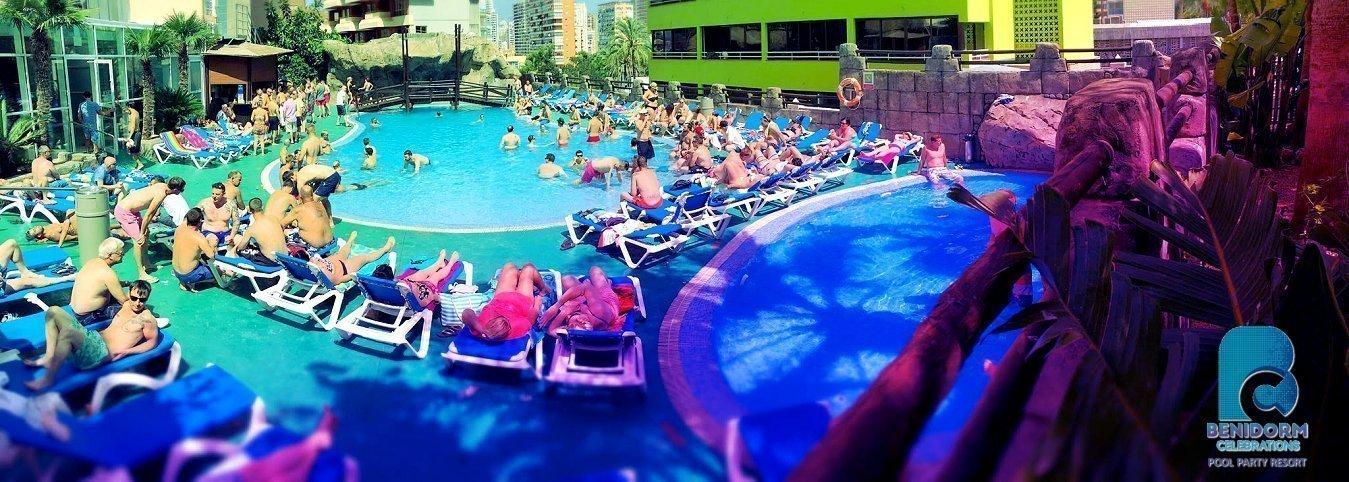 Piscina exterior y acondicionada para las Pool Parties. Animación diaria -   Benidorm Celebrations™ Pool Party Resort (Adults Only)